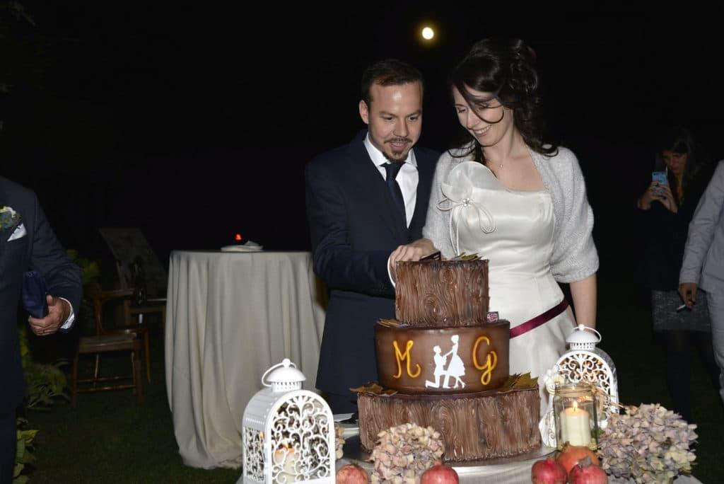 Gli Sposi tagliano insieme la torta nuziale al cioccolato vegana