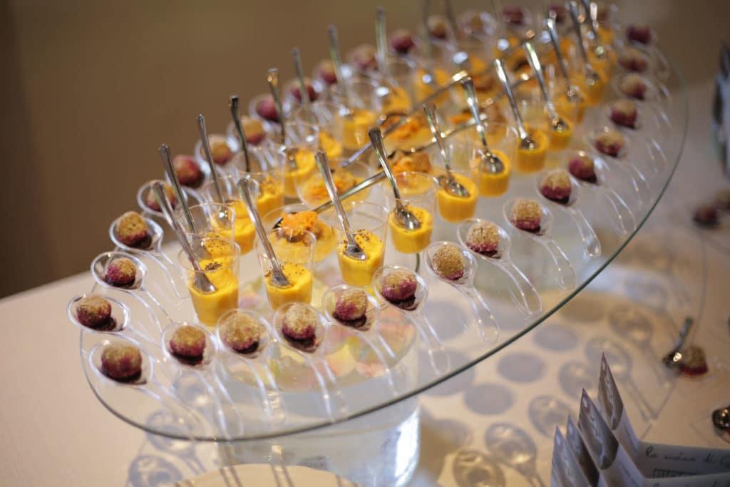 Antipasti Vegani misti in bicchierini di appoggiati su vassoio di cristallo