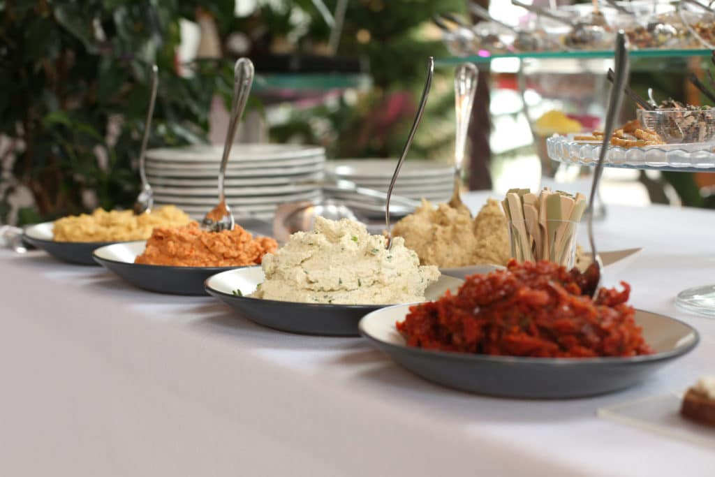 Catering vegano gourmet tavola con portate vegane di diversi colori