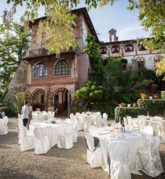 Una Villa storica con in giardino tavoli allestiti per il matrimonio