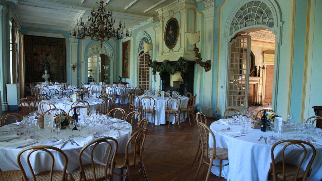 Tavoli allestiti per il Matrimonio in un'elegante sala d'epoca
