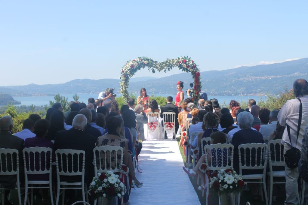 Celebrazione di un romantico Matrimonio in riva al lago