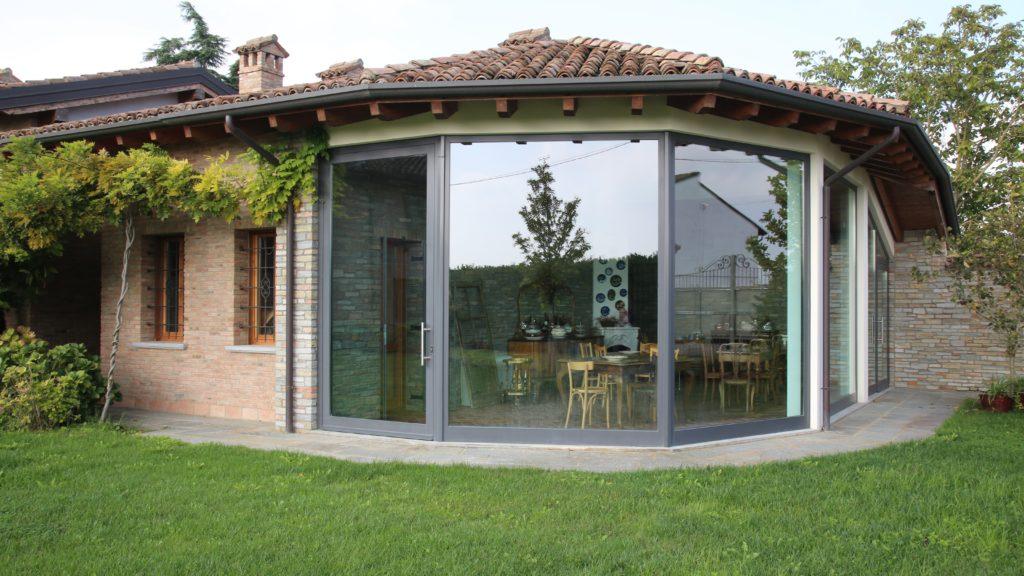 Vista su una Villa con ampie vetrate e giardino