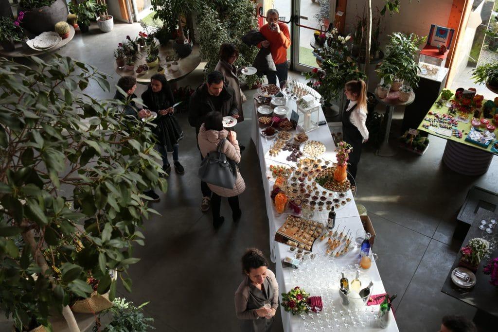 Buffet vegano visto dall'alto e con diverse pietanze