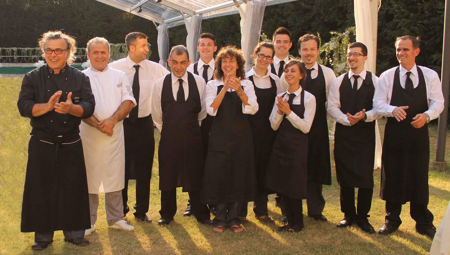 Team di Matrimonio Vegano: dodici persone tra chef e camerieri che sorridono in posa